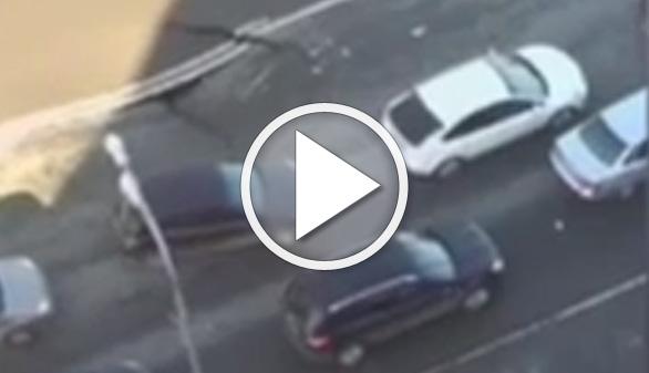 Vídeos virales. La carretera se hunde ante su coche