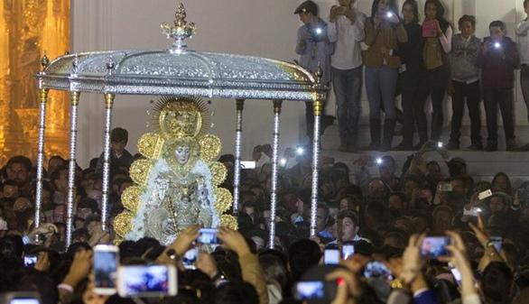 La Virgen del Rocío regresa a su Santuario tras nueve horas de procesión
