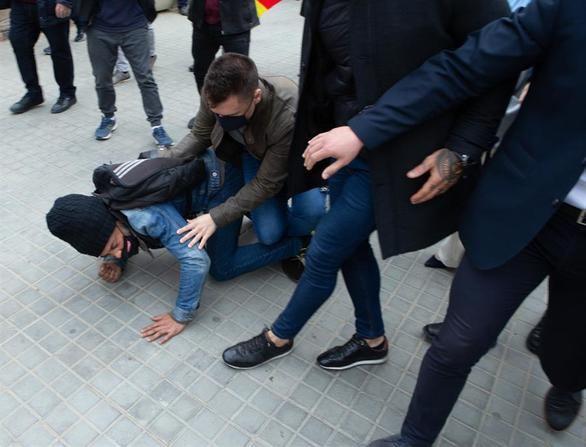 Santiago Abascal, increpado al grito de 'racista' a las puertas del Parlament