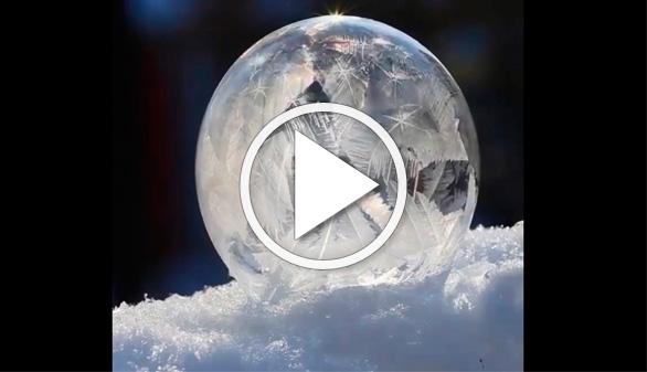 Vídeos virales. El verdadero origen de las bolas de cristal navideñas
