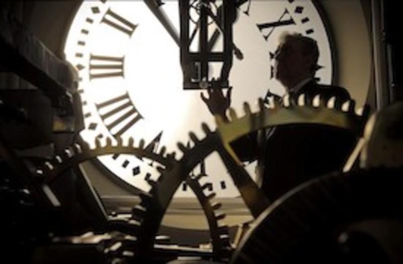 El reloj de la puerta del sol a punto su relojero for El reloj de la puerta del sol
