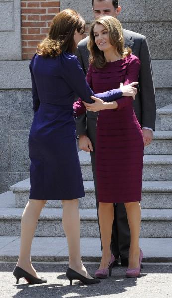 Saludo entre Carla Bruni y Doña Letizia. Manuel Engo