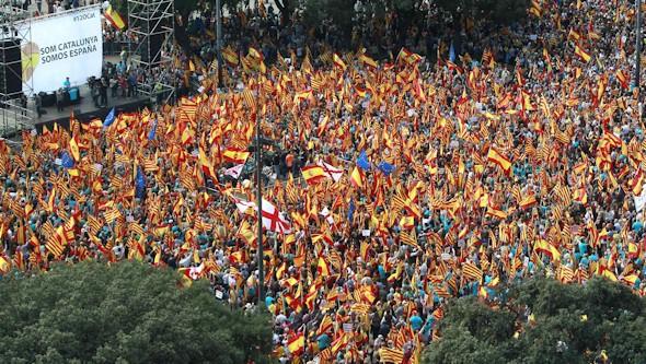 La manifestación por la unidad de España desborda el centro de Barcelona. Banderas11