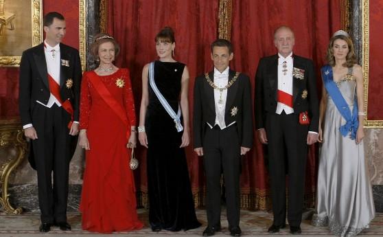 Los Reyes, don Juan Carlos y doña Sofía, y los Príncipes de Asturias, posan junto al presidente de Francia, Nicolas Sarkozy (3d), y la esposa de éste, Carla Bruni (3i), antes de la cena de gala organizada en el Palacio Real, con motivo de la primera visita oficial del mandatario francés a España. Efe