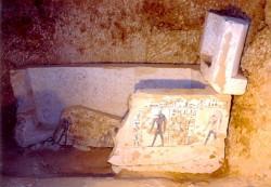 Sarcófago de piedra caliza decorado con jeroglíficos hallado por una expedición japonesa del Instituto de Egiptología de la Universidad de Waseda en el noroeste de Saqqara (Egipto).