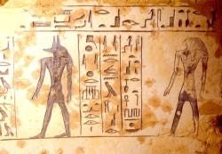 Sarcófago de piedra caliza decorado con jeroglíficos hallado por una expedición japonesa del Instituto de Egiptología de la Universidad de Waseda en el noroeste de Saqqara (Egipto)