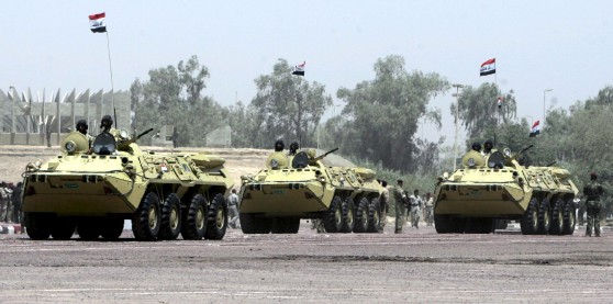 Vehículos militares iraquíes participan en un desfile militar celebrado con motivo de la retirada de las tropas estadounidenses de las ciudades iraquíes. Efe