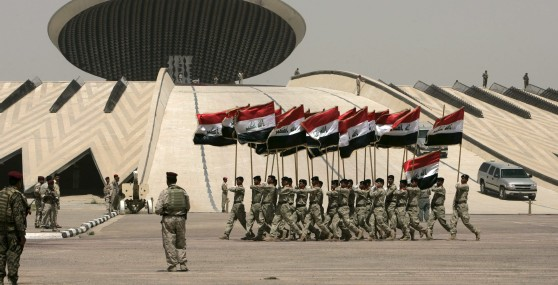 Soldados iraquíes participan en un desfile militar celebrado con motivo de la retirada de las tropas estadounidenses de las ciudades iraquíes. Efe