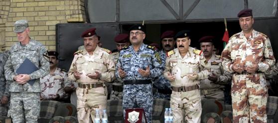 El general Daniel Bolger, comandante de las tropas de los Estados Unidos en Bagdad, (i), el teniente general Abboud Qanbar (2-i) y otros oficiales sin identificar durante un minuto de silencio. Efe