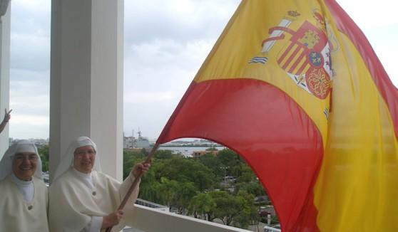 Sor Luisa ondea la bandera española saludando al Buque Castilla